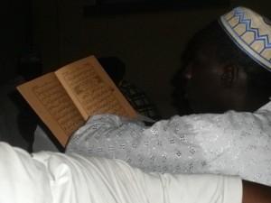 Homme lisant le Coran