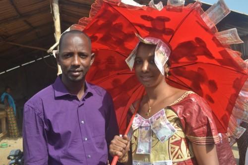 couple marié, la fille en habit traditionnel